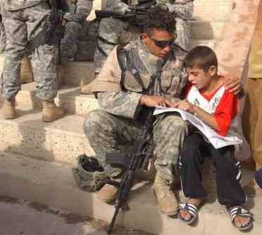 soldier_helps_iraqi_boy