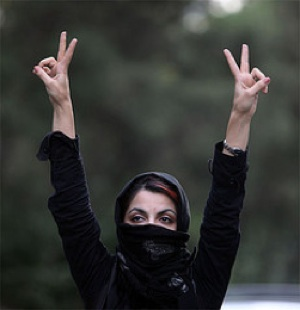 Muslim Woman in Iran Victory sign Flickr Faramarz-CC