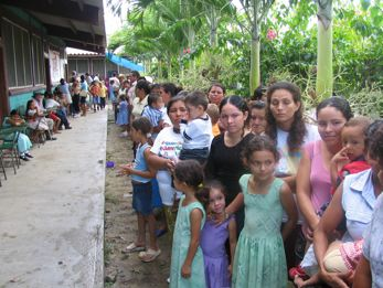 hondurans-wait-in-line.jpg