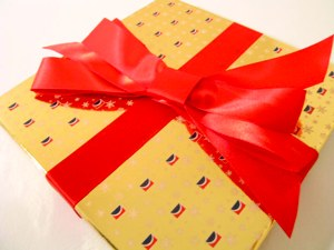 gift-yellow-redbow-cohdra-morguefile