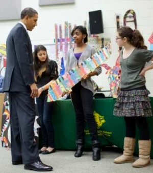 Obama with art students at Kenmore Middle school (WH)