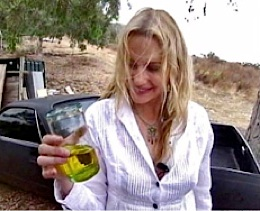 Daryl Hannah shows off biodiesel fuel - via www.dhlovelife.com