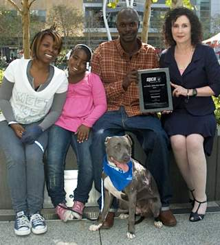 Steen family with pit bull that saved them from fire