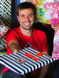 Brazilian gives 30 gifts to 30 Aussie strangers