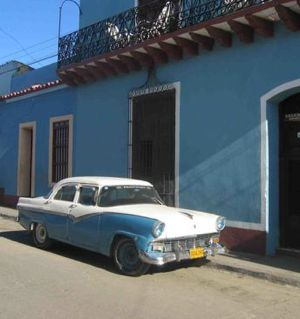 Cuba car building DirkvdM - CC photo