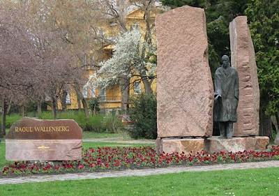 Raoul Wallenberg monument Budapest -by Misibacsi -CC