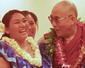 Dalai Lama w Hawaiian girl