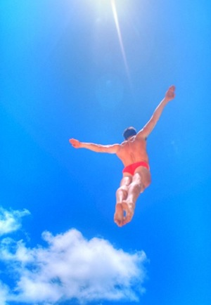 diver against blue sky - Photo by Sun Star