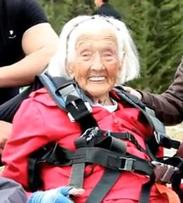 paraglider 104 y-o Peggy McAlpine - YouTube