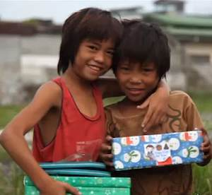 Filipino kids with gifts from charity