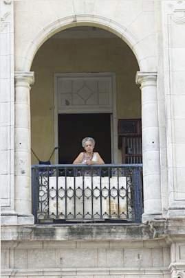 Cuba balcony woman UNPhoto-Milton Grant