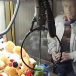 man masters tuffed toys claw machine - NBCvid