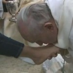 Pope kisses feet-video