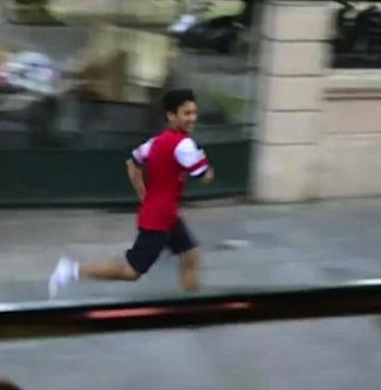 Vietnamese fan runs for football -Aresenal Team Media