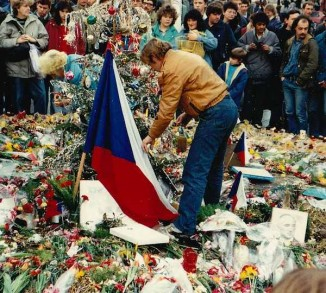 Václav Havel honors wounded in Prague Velvet Revolution_1989