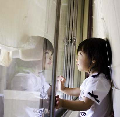 Asian child awaiting typhoon-藍川芥-aikawake-Flickr-cc