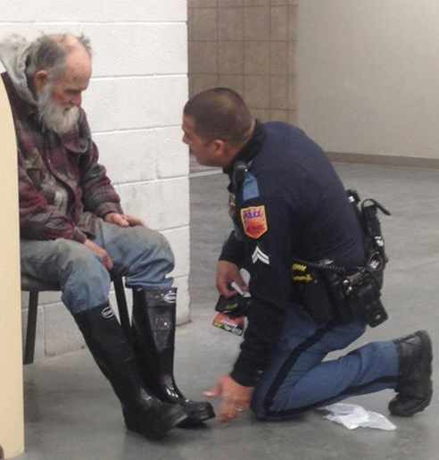 Police Officer in El Paso buys homeless