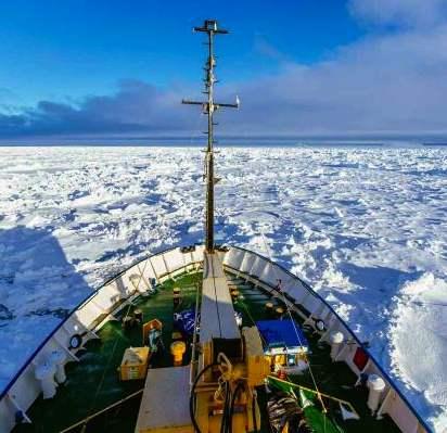 Antarctic ship in ice-tweet by-Australian MaritimeSafetyAuthority