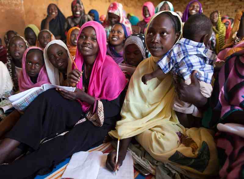 Displaced Women in North Darfur learn English by Albert González Farran, for UNAMID - February 2014