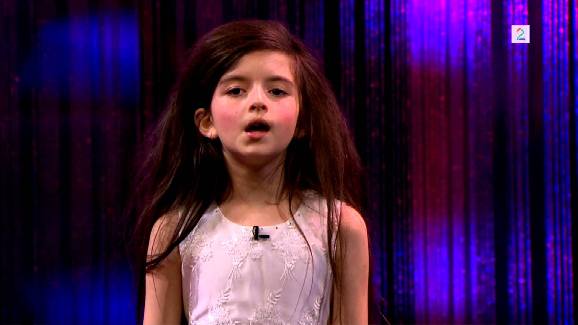 the best attitude 6cca8 0ed7e 7-year-old In Bare Feet Owns Any Stage When She Sing Jazz ...