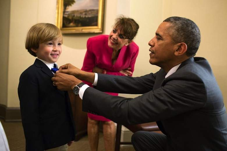 Obama-fixes-boys-tie-WH-PeteSouza