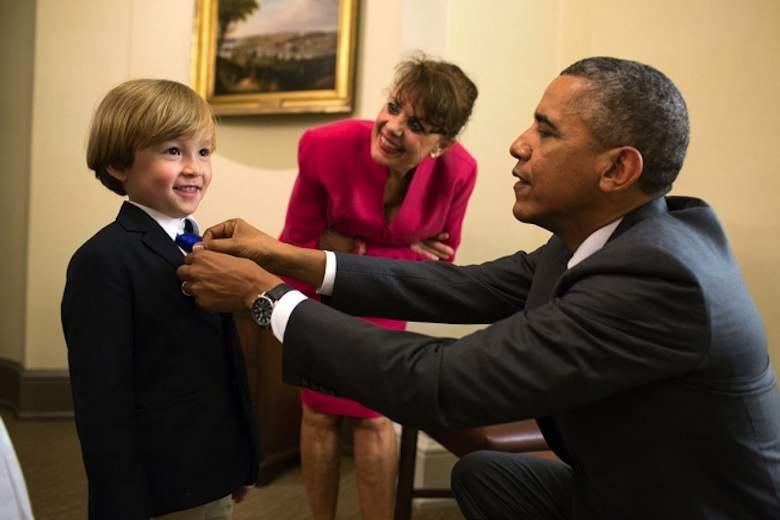 Obama-fixes-boys-tie-WH-PeteSouza