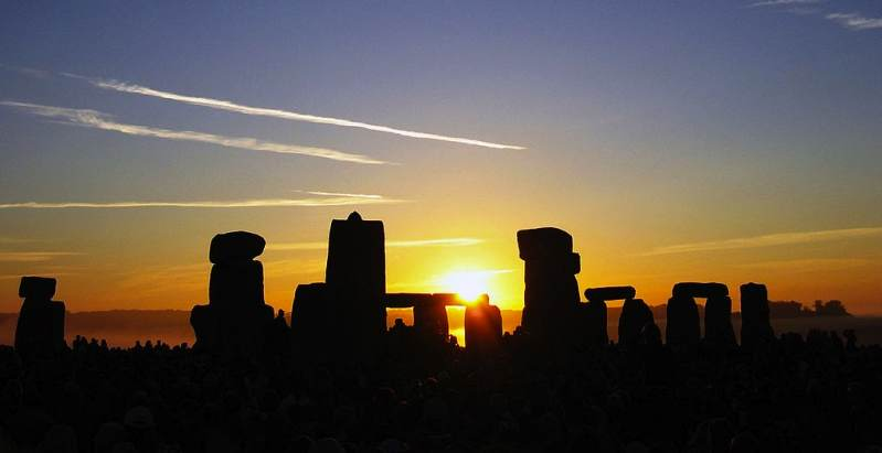 Summer_Solstice_Sunrise_over_Stonehenge_CC-large