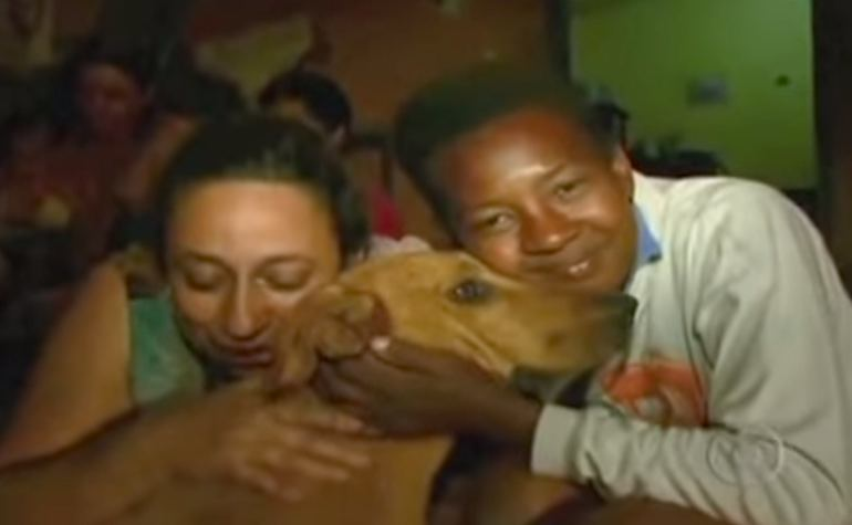 junkyard-Dog-hug-in-Brazil