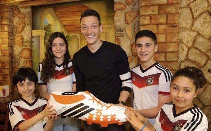 soccer-star-Mesut_Ozil-w-kids-from-BigShoeDotInfo-750px