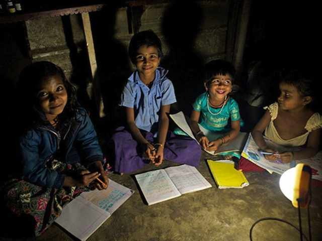India-children-use-solar-lighting-lamp-Pollinate-Energy