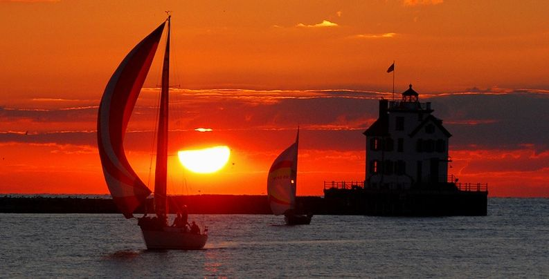 Lorain-lighthouse-sunset-Lake-Erie-cc-Rona_Proudfoot-