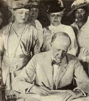 Speaker_Gillett_Signing_the_19th-amendment