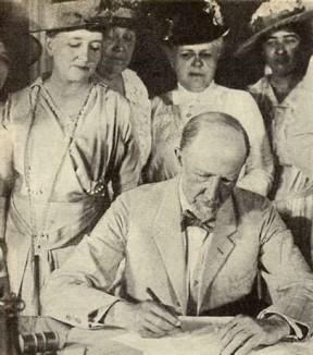 Speaker_Gillett_Signing_the_19th-amendment