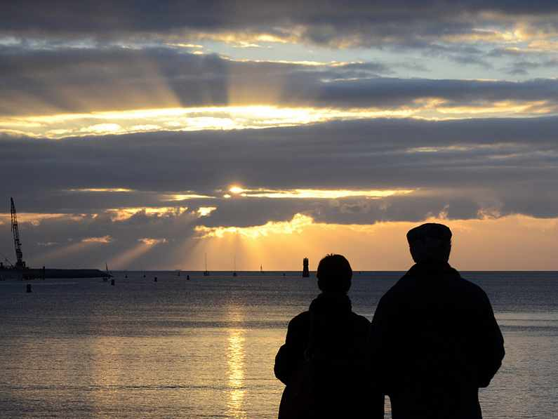 contemplation-view-sunset-old-couple-CC- dominique_cappronnier