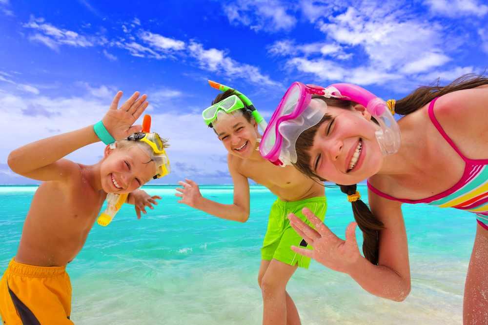 waving-happy-kids-beach-joy-in-maldives-PhotoSubmit-Marzena_Syncerz