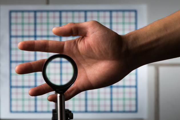 invisibility-cloaking-lens-by-Adam_Fenster_University-of-Rochester-permission