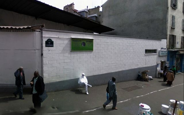 640-White-robed_in_chair_GoogleStreetView