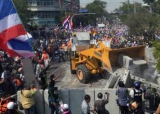 massa-gunakan-bulldozer-jebol-barikade-beton-yingluck-fair-use-sm