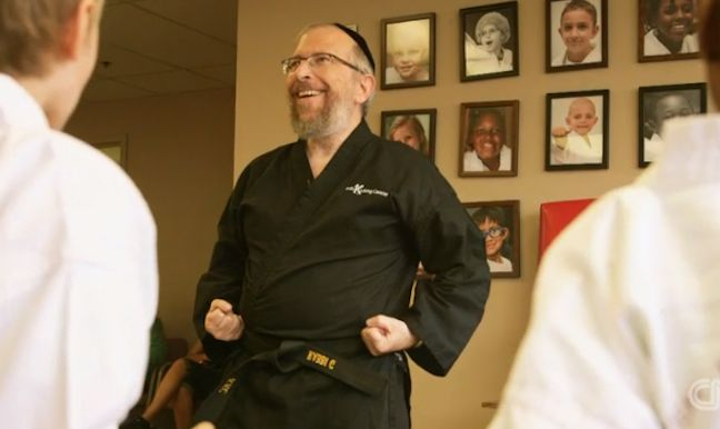 rabbi-Goldberg-kicking-kids-cancer-CNNHeroesvid