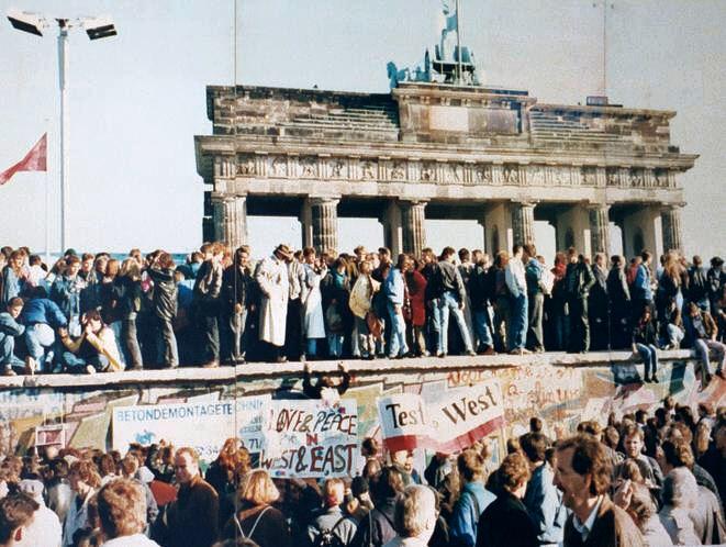 Fall-berlin-wall-1989-Brandenburg-Gate