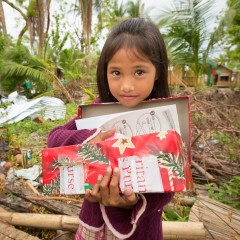 SamaritansPurse-Philipines-shoebox-girl-gift