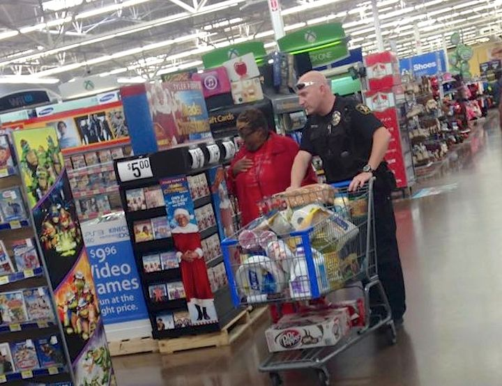 cop helps elderly black widow to shop-Jessica Huerta-FB-700px