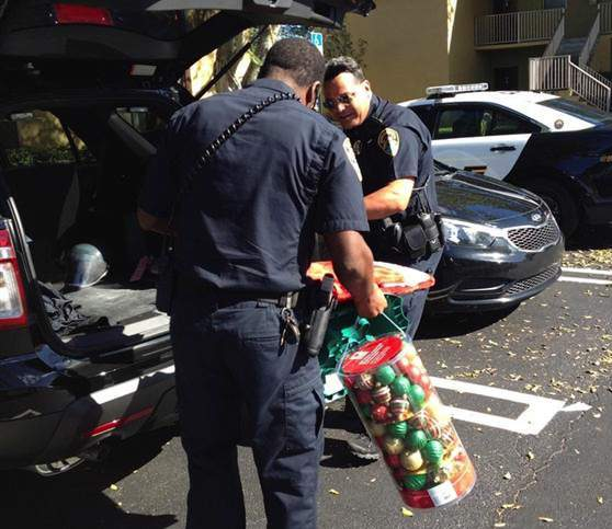 cops-deliver-ornaments-BoyntonBeach-Police-Dept