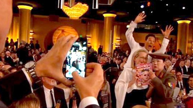 Cumberbatch Photobombs During Golden Globes Gag