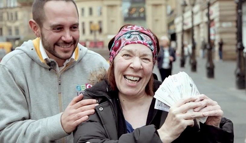 GeoLotto-gives-money-on-street