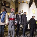 TV2-Photo-Norway-Muslims-form-ring-around synagogue