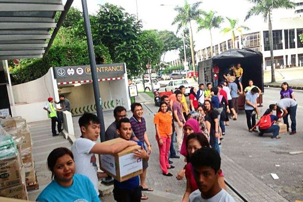 Malaysian friends feed flood victims-FBPage
