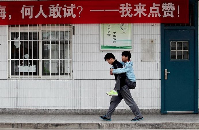chinese student carries friend WEIBO