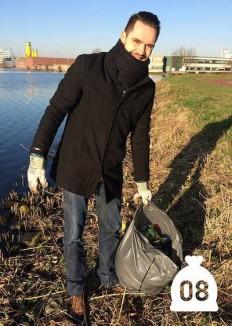 trash-picking-litterommy-CC-ThomasKleyn