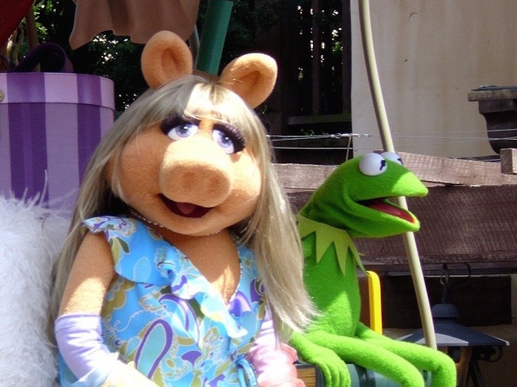 Miss-Piggy-Kermit-photoby-ross_hawkes-cc (1)